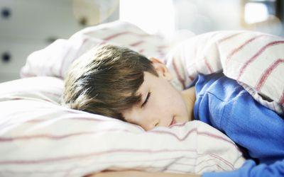 كيف-اجعل-طفلي-ينام-في-سريره