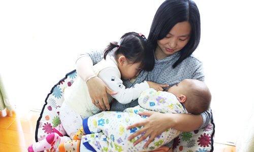 علاج مشكلة الغيرة عند الاطفال